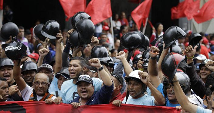 Apoiadores de Nicolás Maduro celebrando vitória nas eleições presidenciais