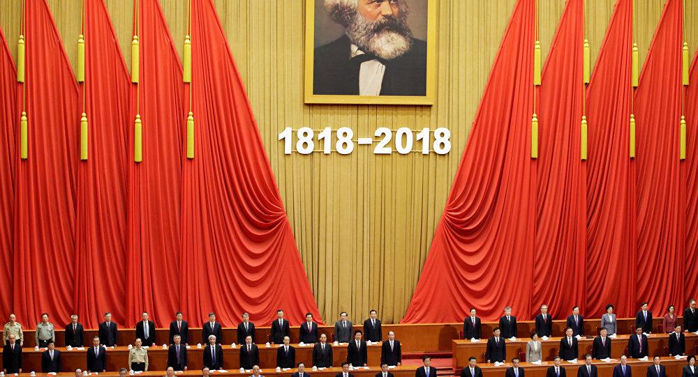 O presidente chinês Xi Jinping conta o hino nacional em um evento comemorativo do 200º aniversário de nascimento de Karl Marx, em Pequim, China.