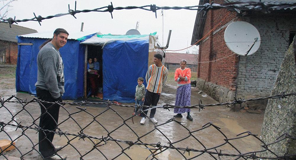 Uma família cigana na aldeia sérvia de Priluzhye, na parte albanesa do Kosovo. (Arquivo)