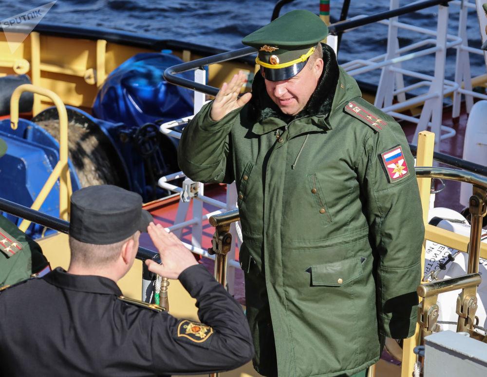 Militares se saudando em um navio durante as manobras da Frota do Norte com participação dos oficiais da Academia do Estado-Maior
