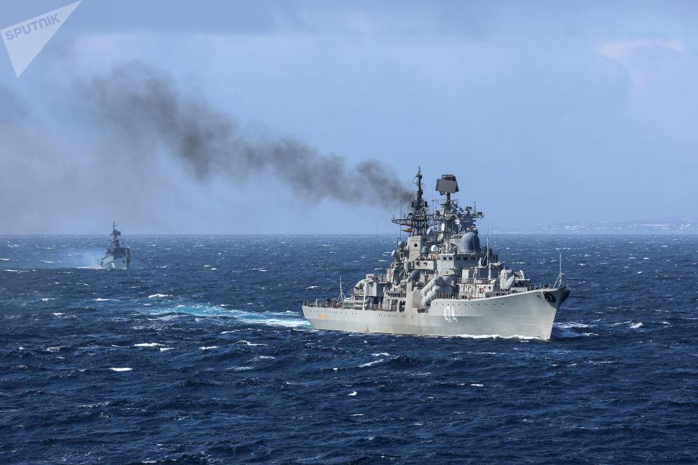 O destroier Admiral Ushakov em pleno mar de Barents