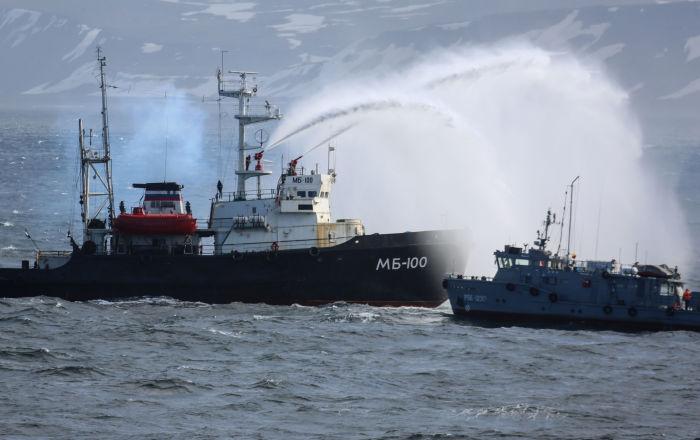O rebocador de alto mar MB-100 nas manobras das diversas forças da Frota do Norte da Rússia