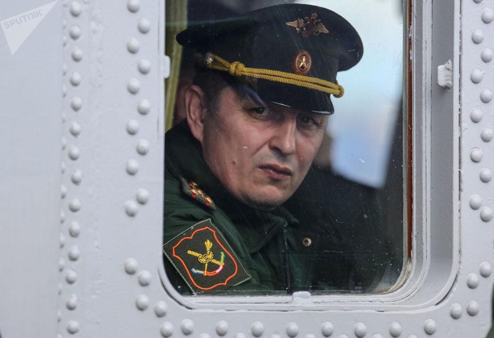Um militar visto na vigia de um navio militar