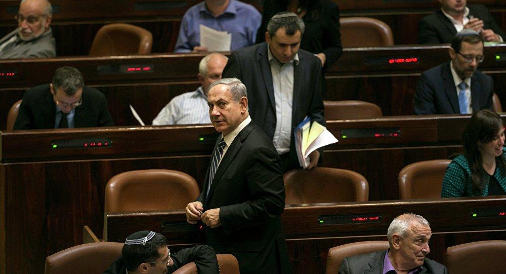 Primeiro-ministro de Israel, Benjamin Netanyahu, sai depois de uma votação para dissolver o parlamento israelense, também conhecido como Knesset, em Jerusalém, em 8 de dezembro de 2014
