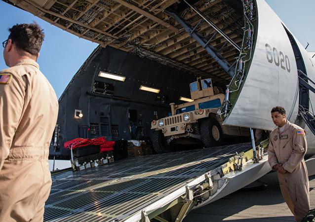 Aeronave da Força Aérea dos EUA com o primeiro lote de veículos blindados norte-americanos no Aeroporto Internacional de Kiev-Boryspil, Ucrânia, 25 de março de 2015