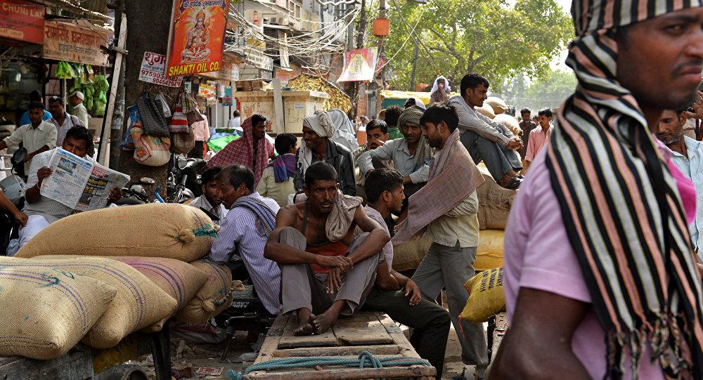 Trabalhadores descansam na sombra em Nova Deli em mais um dia de intenso calor na Índia, que já provocou a morte de pelo menos mil pessoas