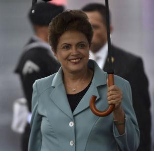 Presidente do Brasil Dilma Rousseff está sorrindo à chegada ao aeroporto nacional da Cidade do México em 25 de maio de 2015.