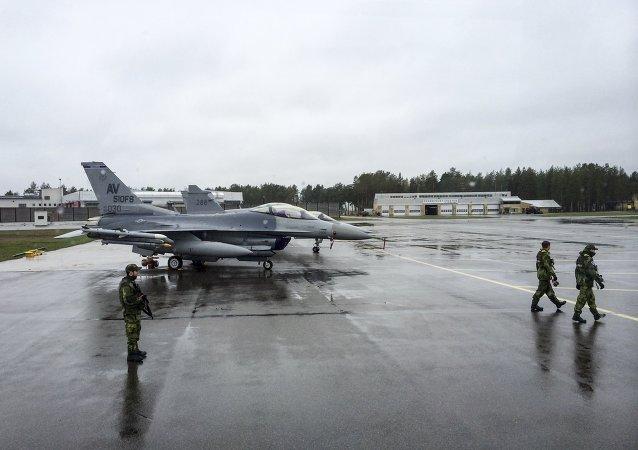 Caça americano F-16CM no Aeroporto de Kallax, no norte da Suécia, em 26 de maio de 2015