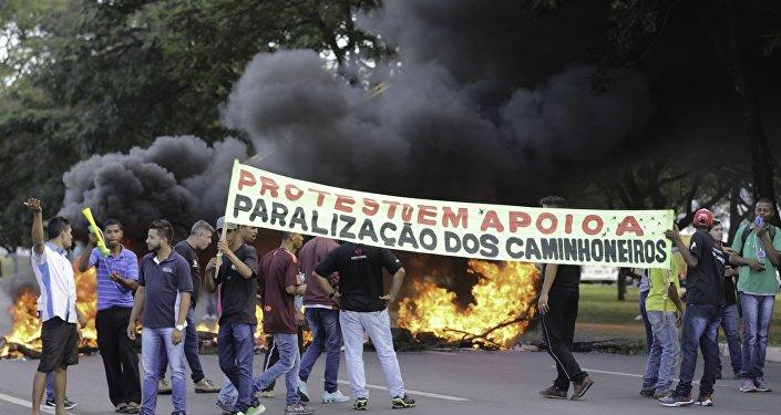 Feirantes de Brasília fecham a EPIA Norte, em frente ao CEASA, em protesto de apoio à paralisação dos caminhoneiros