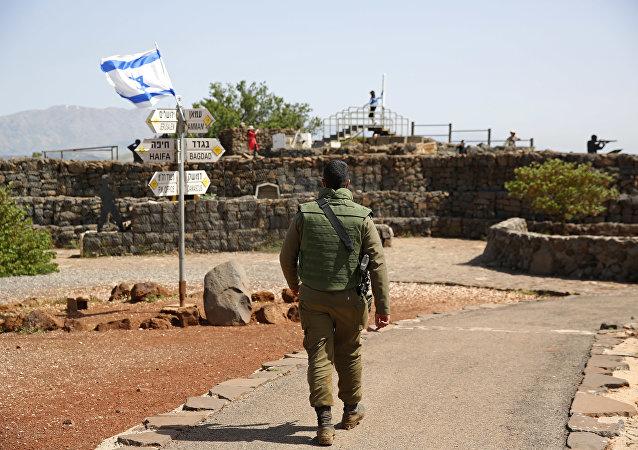 Soldado israelense caminha em antigo posto militar, usado para visitantes para ver as Colinas de Golã, perto da fronteira com a Síria, em 10 de maio de 2018