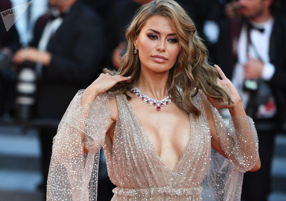 A apresentadora russa Viktoria Bonya no tapete vermelho na cerimônia do Festival de Cannes