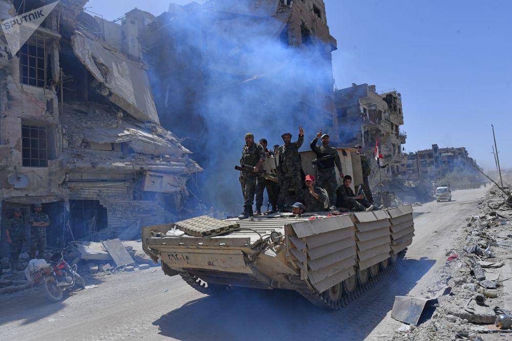 Militares sírios após libertação do campo de refugiados palestinos de Yarmouk, no sul de Damasco, 21 de maio de 2018