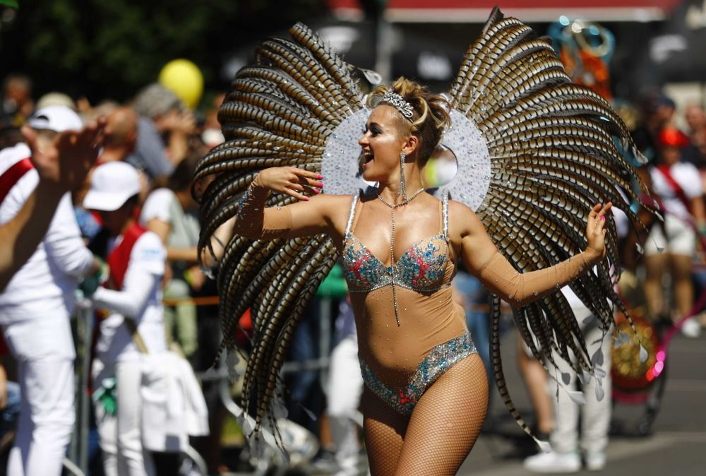 Uma mulher participa do Carnaval das Culturas que celebra a diversidade de culturas existentes em Berlim, Alemanha