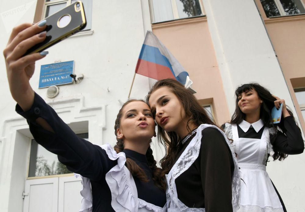 Finalistas escolares russas tiram selfie durante a festa tradicional do Último Toque, que celebra o fim do ano letivo