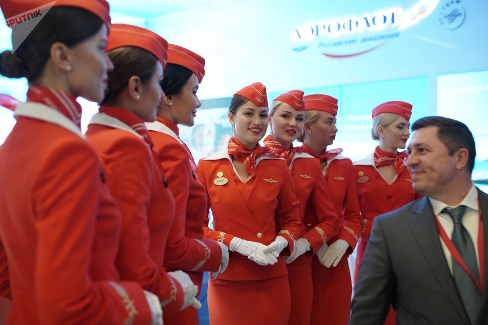 Aeromoças da empresa russa Aeroflot no Fórum Econômico Internacional de São Petersburgo (SPIEF)