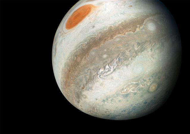 Uma foto de Júpiter captada pela sonda espacial Juno