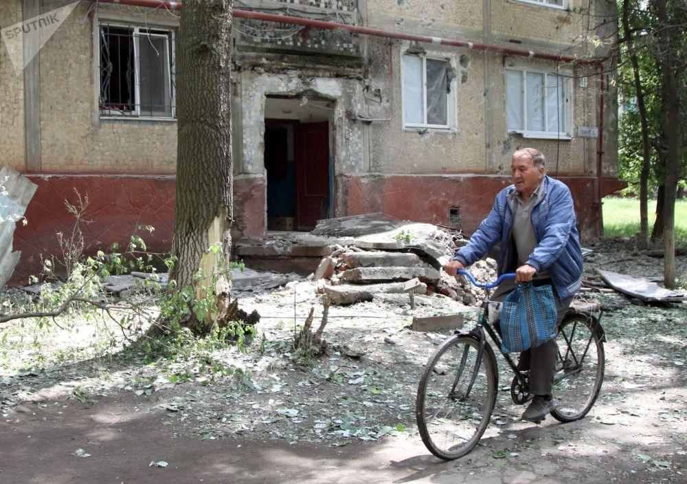 Prédio residencial na cidade de Gorlovka, na autoproclamada República Popular de Donetsk (RPD), danificado por um bombardeio efetuado pelas Forças Armadas ucranianas