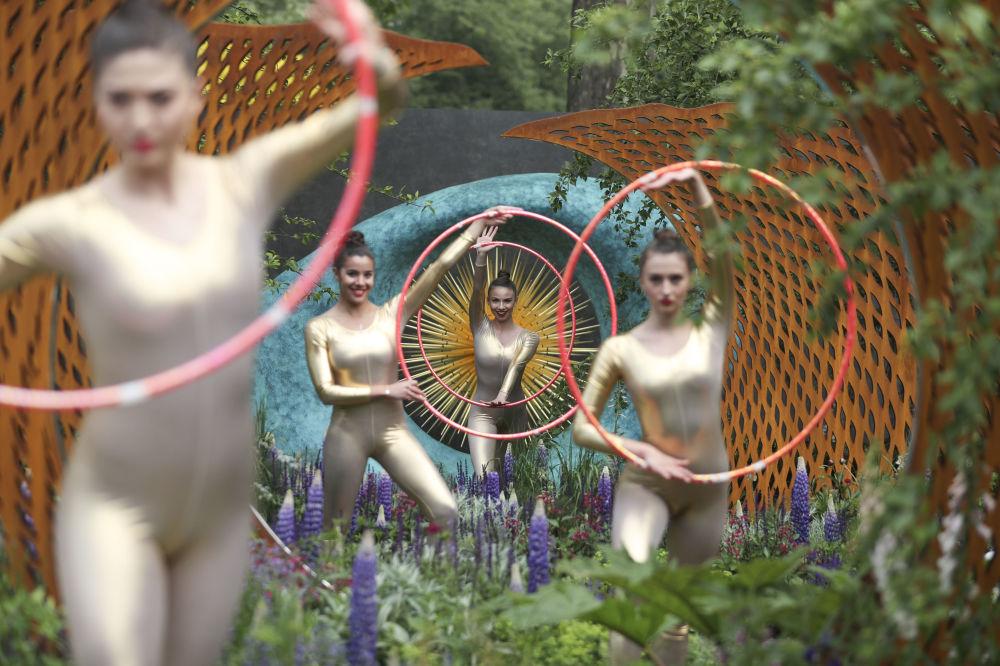 Dançarinos durante a exposição de flores Chelsea Flower Show em Londres