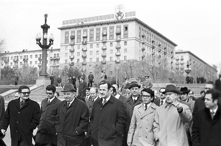 O presidente sírio Hafez al-Assad chega à URSS como parte de uma visita oficial