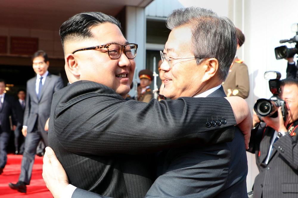O presidente da Coreia do Sul, Moon Jae-in, abraçando o líder norte-coreano, Kim Jong-un, após segundo encontro na zona desmilitarizada
