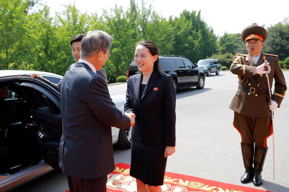 Moon Jae-in apertando a mão de Kim Yo-jong, irmã e conselheira do líder norte-coreano