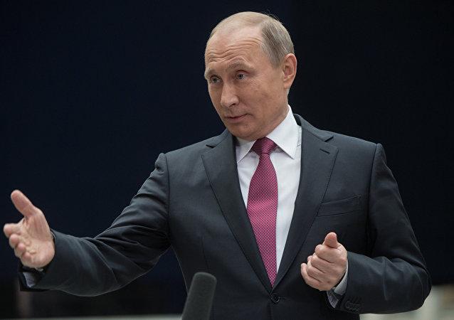 Presidente russo, Vladimir Putin, durante Linha Direta em 15 de junho de 2017