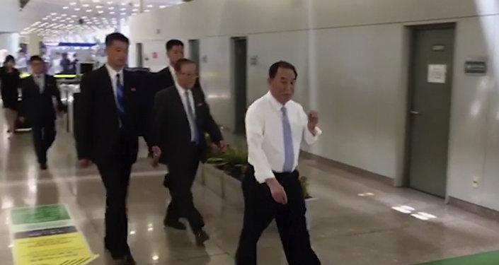 Imagem em vídeo de Kim Yong-chol (de branco) desembarcando no aeroporto de Pequim, na China, antes de ir para os EUA, em 29 de maio de 2018