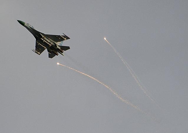 Caça do exército ucraniano sobrevoando a autoproclamada República Popular de Lugansk, Donbass