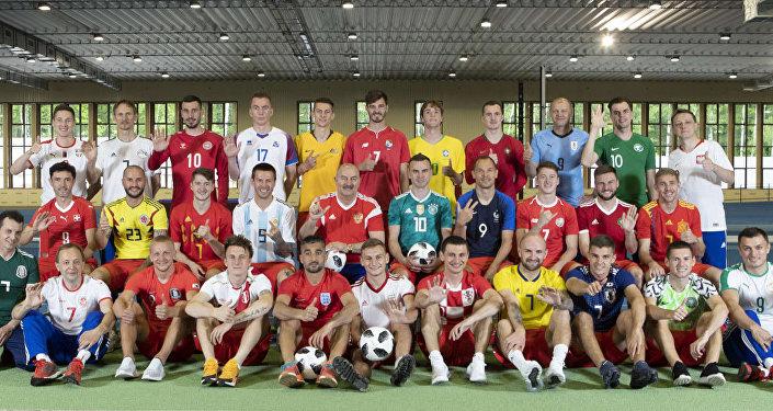 Seleção russa de futebol veste uniformes das equipes que disputarão a Copa do Mundo na Rússia