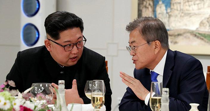 Líder norte-coreano Kim Jong-un e seu homólogo sul-coreano Moon Jae-in durante encontro