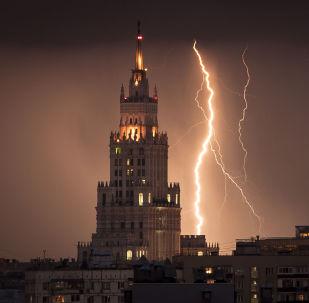 Relâmpago é visto perto de um arranha-céus da época de Stalin durante uma trovoada em Moscou