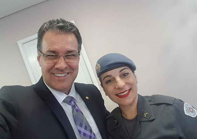 Deputado federal Capitão Augusto (PR-SP) ao lado da policial Kátia Sastre