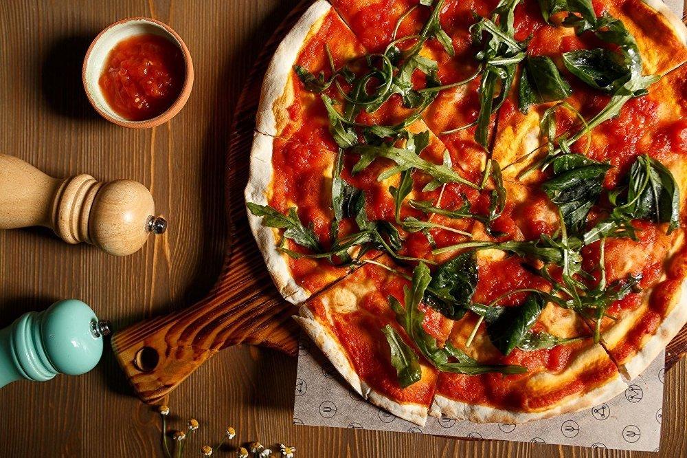 Pizza preparada no restaurante Mukka em Nizhny Novgorod