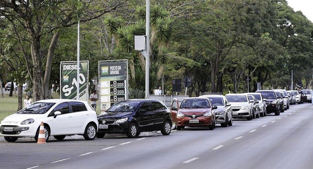 Motoristas fazem filas para abastecer carros