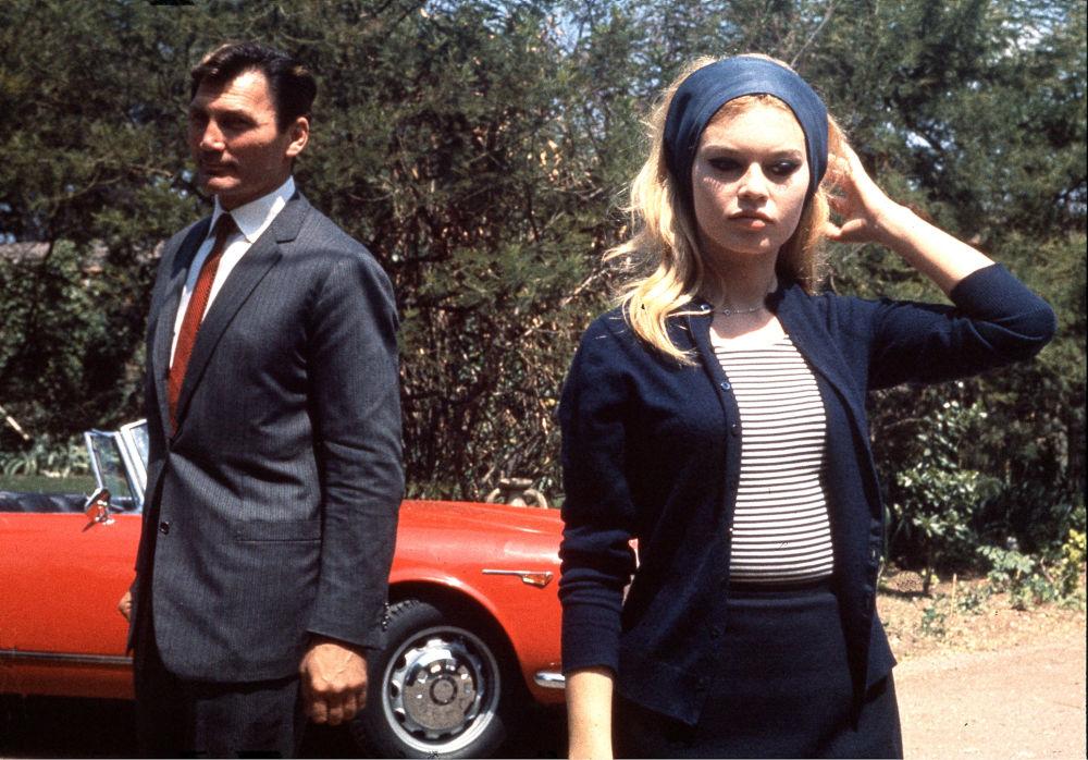 Atriz francesa Brigitte Bardot junto com o ator Jack Palance durante filmagem do filme Le Mepris (O Desprezo), maio de 1963