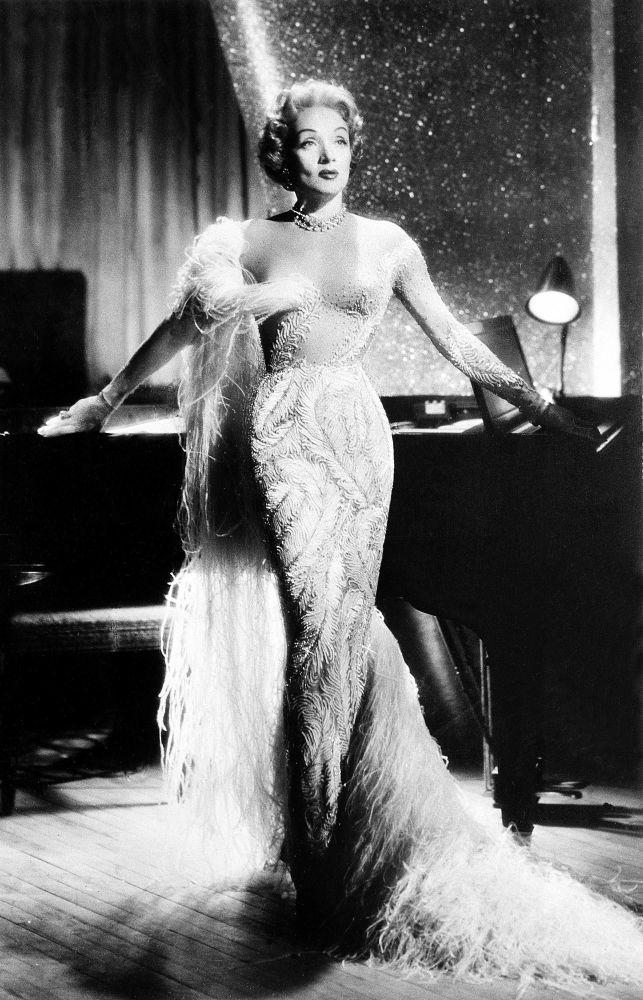 Atriz e cantora alemã, Marlene Dietrich, durante uma apresentação em Las Vegas, EUA, 1955