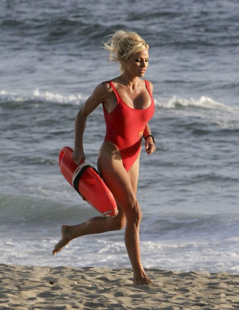 Atriz Pamela Anderson no seriado SOS Malibu