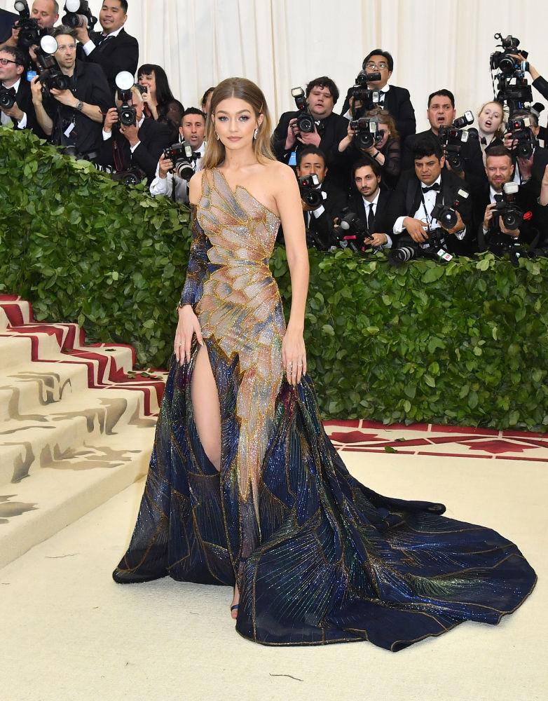 Modelo Gigi Hadid comparecendo ao baile beneficente do Met Gala 2018, Nova York.