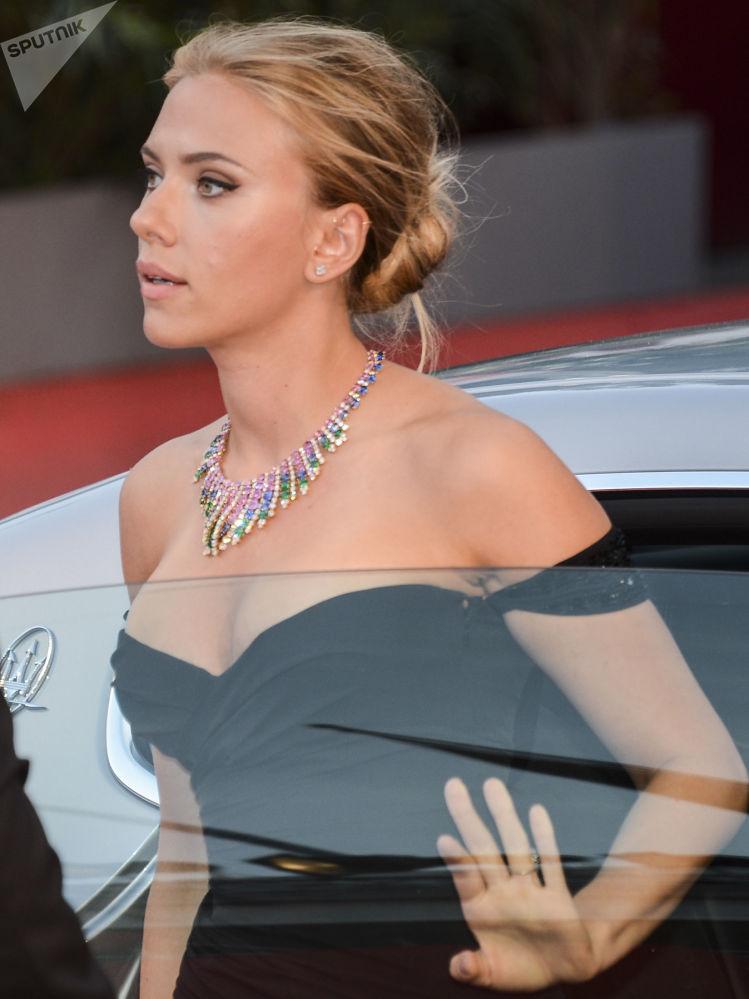 Atriz Scarlett Johansson no tapete vermelho da 70ª edição do Festival Internacional de Cinema de Veneza
