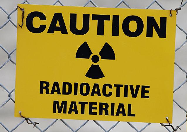 Placa de alerta de radioatividade pendurada na cerca em frente ao prédio que abriga urânio empobrecido nas instalações da EnergySolutions em Clive, Utah, EUA, 6 de meio de 2015.
