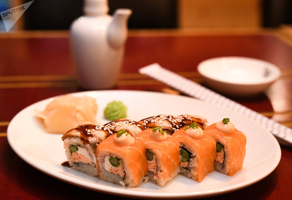 Sushi com salmão e enguia do restaurante RIS em Volgogrado