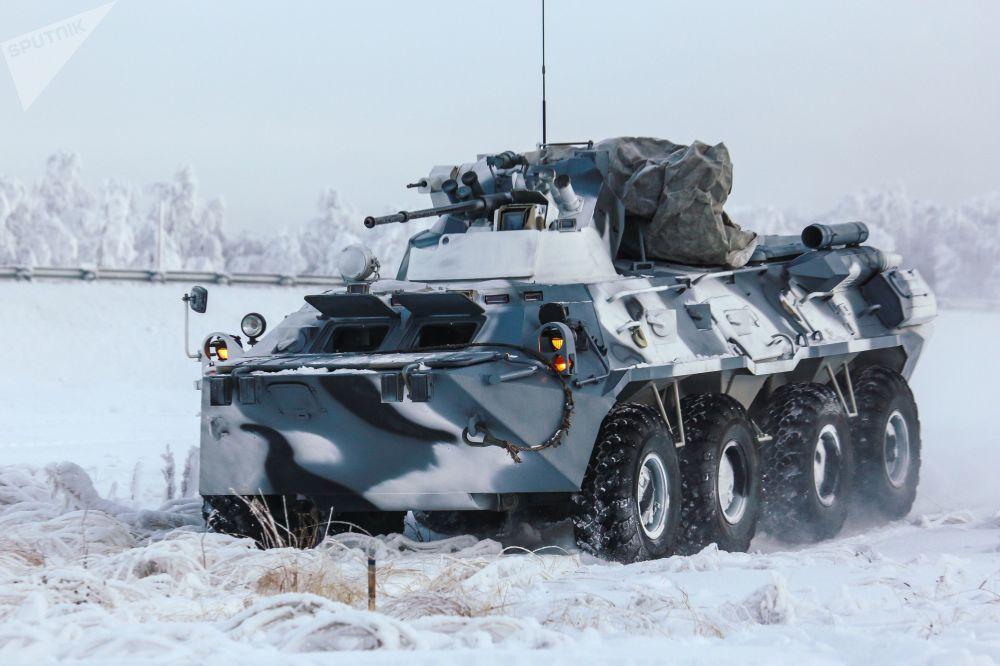 Veículo blindado da 61ª brigada de fuzileiros navais da Frota do Norte durante treinamento em uma base de fuzileiros na região de Murmansk