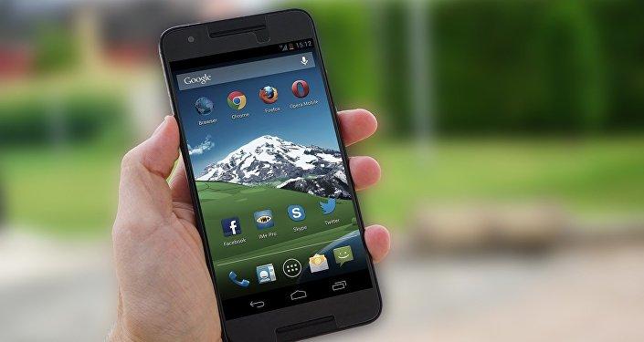 Mão segurando um smartphone com sistema operacional Android