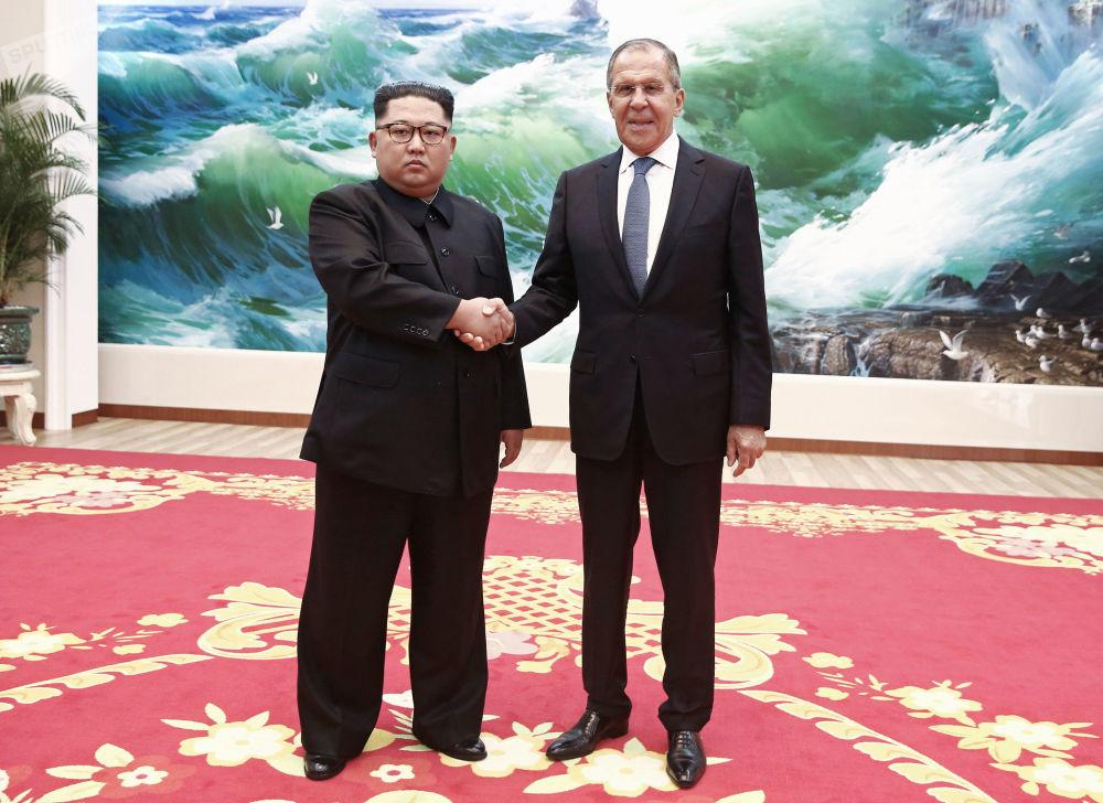 Ministro das Relações Exteriores russo, Sergei Lavrov, e líder da Coreia do Norte, Kim Jong-un, se encontram em Pyongyang
