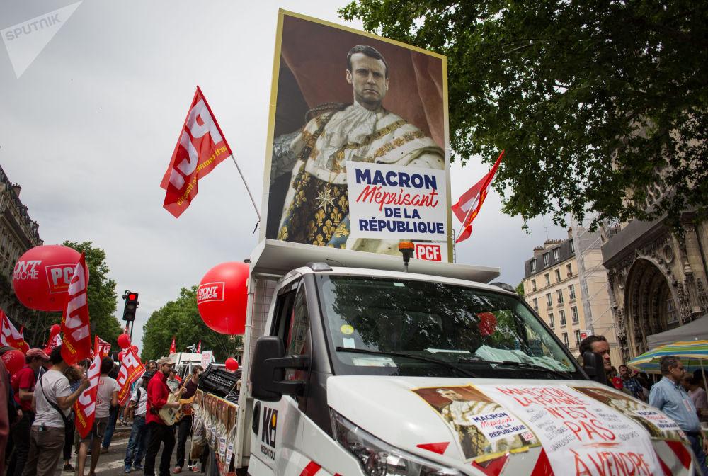 Participantes dos protestos contra as reformas econômicas do presidente francês, Emmanuel Macron, em Paris