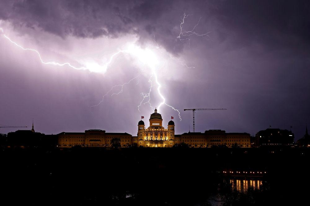 Relâmpago ilumina os céus sobre o Palácio Federal da Suíça, sede do governo do país, na cidade de Berna