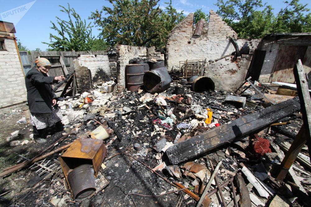 Consequências de um bombardeamento em um edifício residencial em Dokuchaevsk, na região de Donetsk