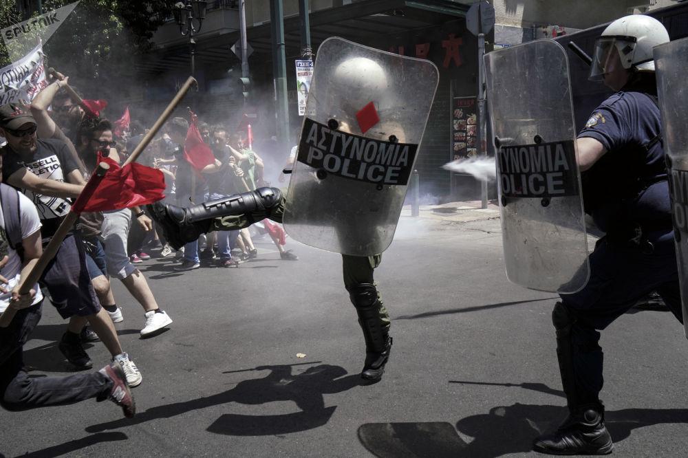 Confrontos entre a polícia e os participantes da greve nacional contra a redução das condições de vida, em Atenas