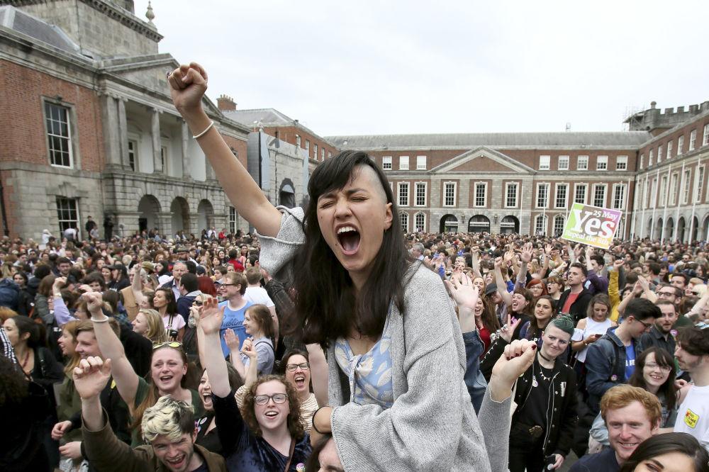 Apoiantes do movimento Yes (Sim) festejam os resultados do referendo sobre legalização do aborto em Dublin, na Irlanda
