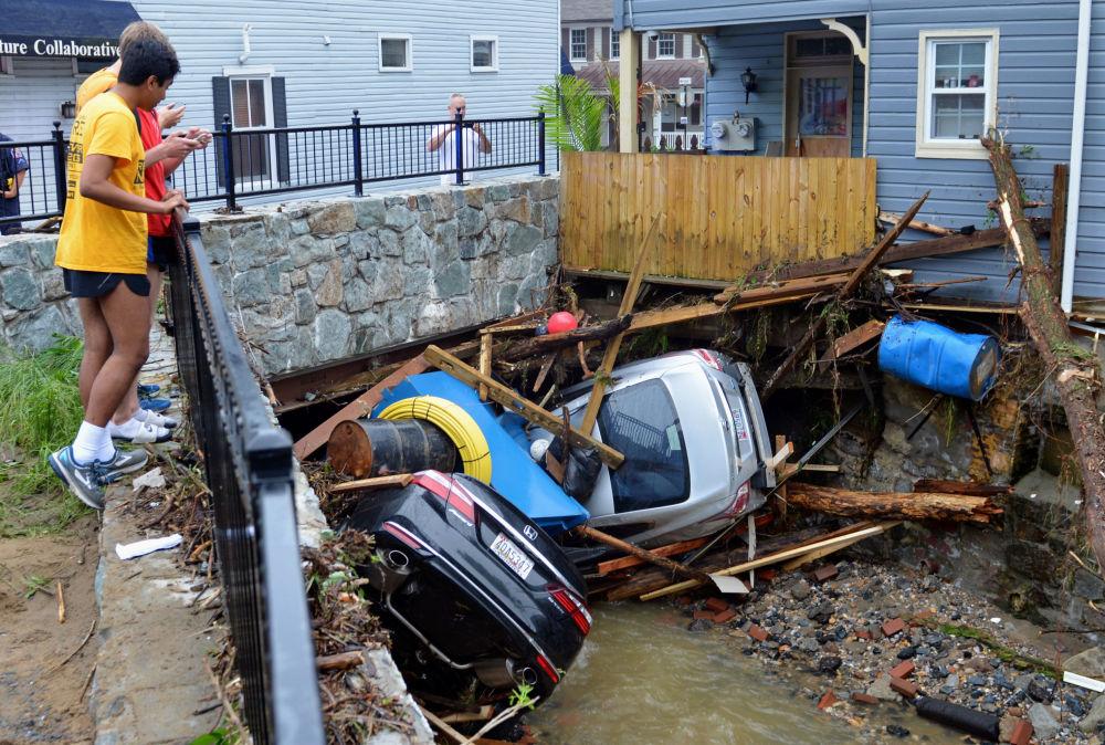 Residentes observam carros danificados pela inundação na cidade de Ellicott, nos EUA